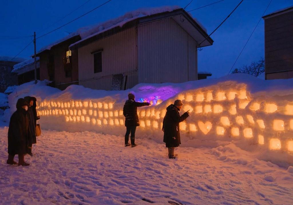 横手・女児が作る朝市通りの雪のオブジェ 住民の声を受け新作