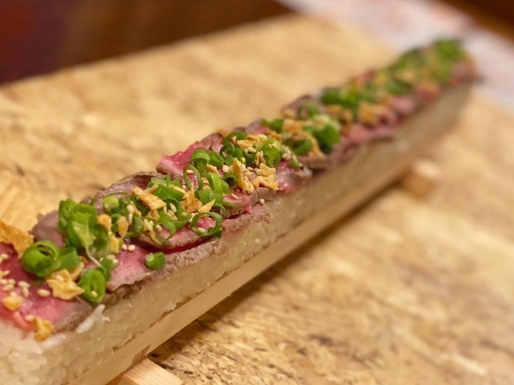 横手の居酒屋が新メニュー・ローストビーフ寿司 全長50センチ