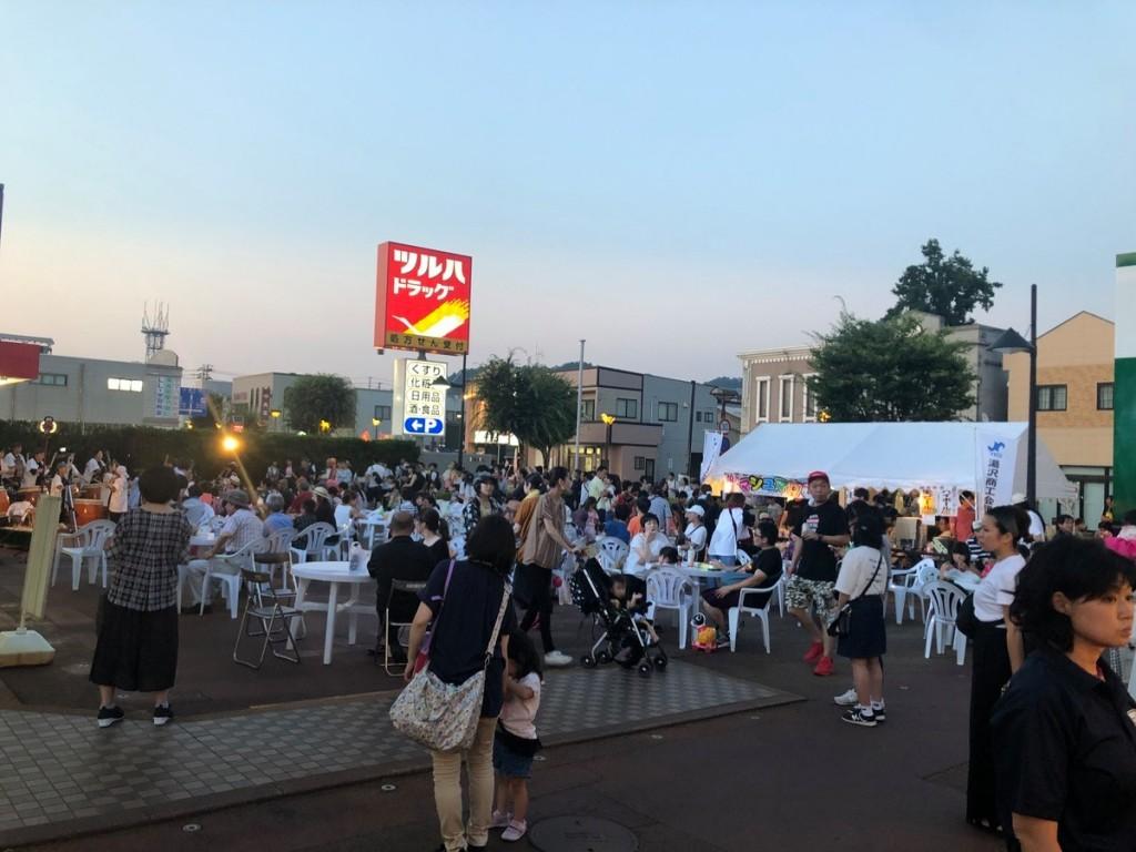 湯沢商工会議所駐車場で夏祭り 商店街に「絵どうろう」も