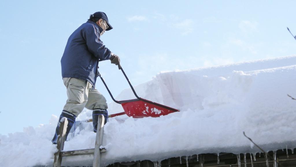高齢者世帯などの雪寄せ・雪下ろしを支援します!